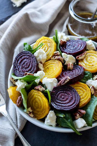 Фото Салат из жареной свеклы с грецкими орехами в глазури с козьим сыром