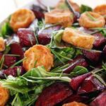 Салат из запеченной свеклы и жареного козьего сыра