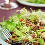 Теплый салат с чечевицей и запеченной свеклой с козьим сыром
