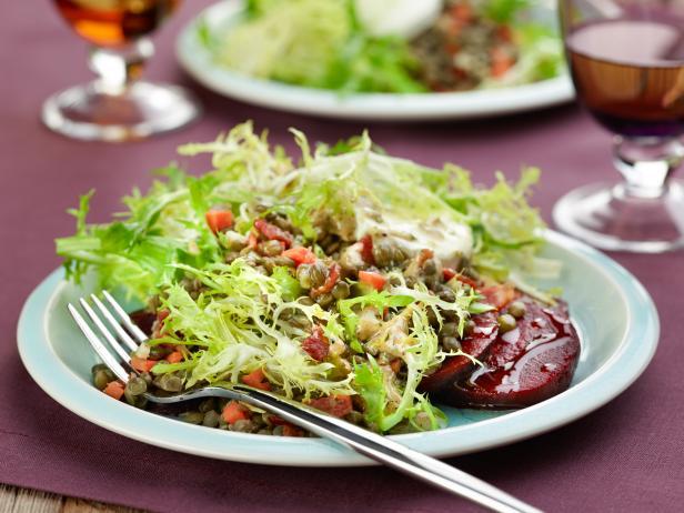 Фото Теплый салат с чечевицей и запеченной свеклой с козьим сыром