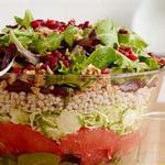 Зимний слоеный салат со свеклой и брюссельской капустой