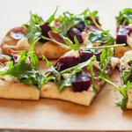 Фото Мини пиццы со свеклой и сыром