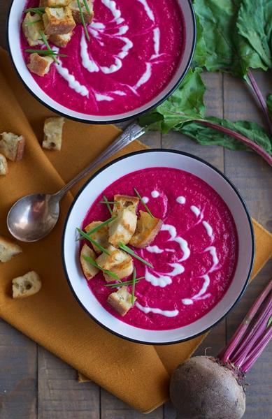 Фото Холодный свекольный суп с йогуртом и тыквенными семечками
