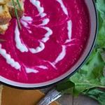 Холодный свекольный суп с йогуртом и тыквенными семечками