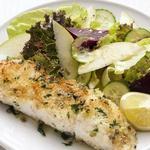 Запеченная рыба с салатом из свеклы и яблок