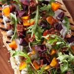 Фото Пицца с козьим сыром, беконом и свеклой