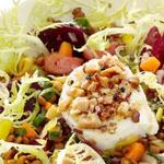 Теплый салат из свеклы и чечевицы с козьим сыром