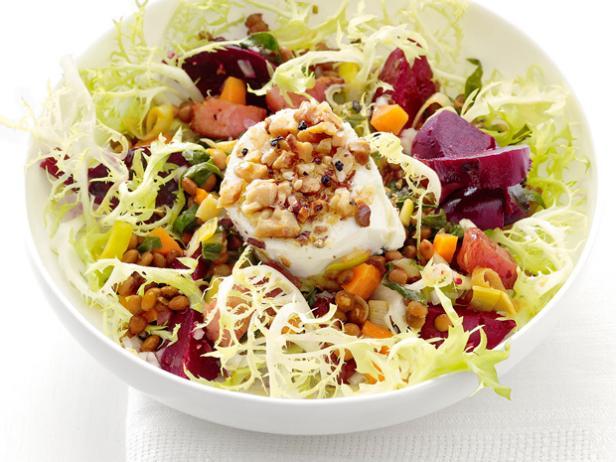 Фото Теплый салат из свеклы и чечевицы с козьим сыром