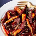 Печеная морковь и свекла с соусом песто из пекана