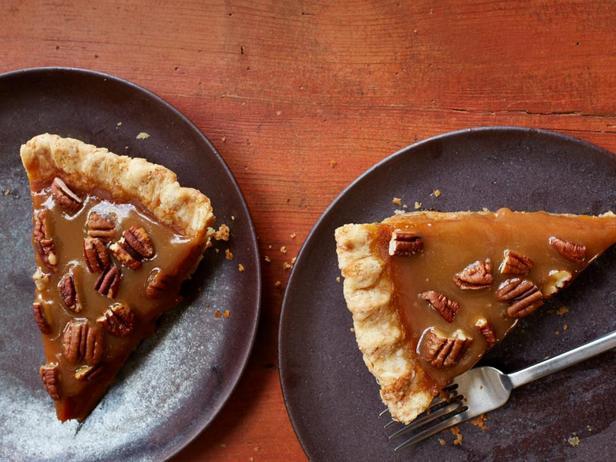 Тыквенный пирог с карамелью, финиками и орехами