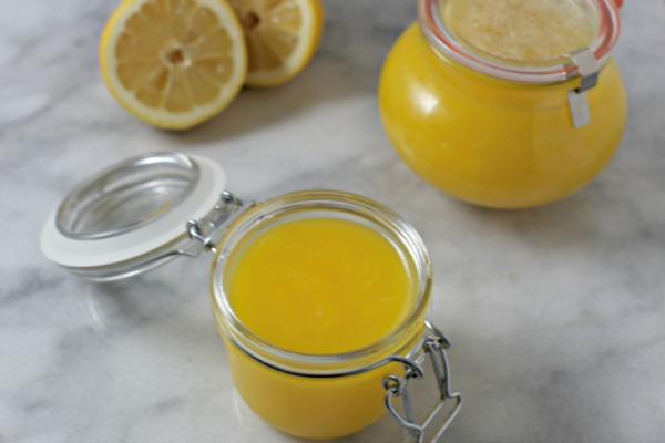 Разлейте лимонный курд по емкостям
