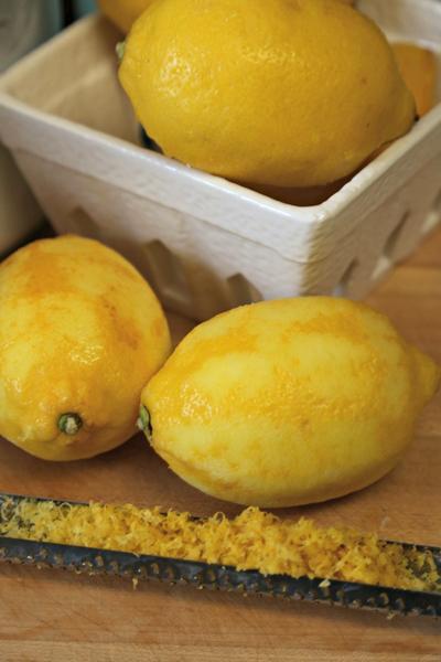 Выжмите в смесь лимонный сок и добавьте цедру