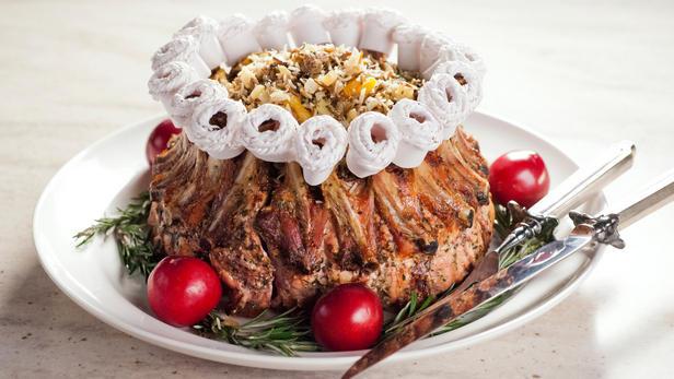 Фото Корона из свиных ребрышек с каштанами и колбасками