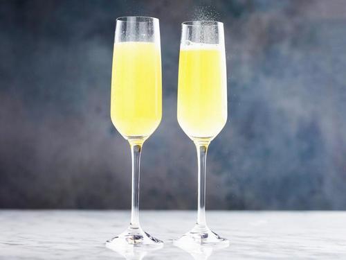 Коктейль «Мимоза»-коктейль с шампанским и апельсиновым ликером