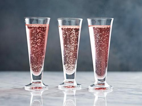 Коктейль «Пуансеттия»-коктейль с шампанским и апельсиновым ликером