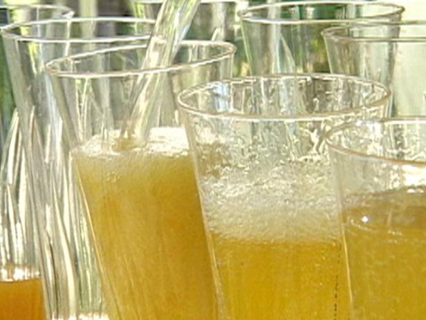 Фото Коктейль из шампанского с манго и пряностями