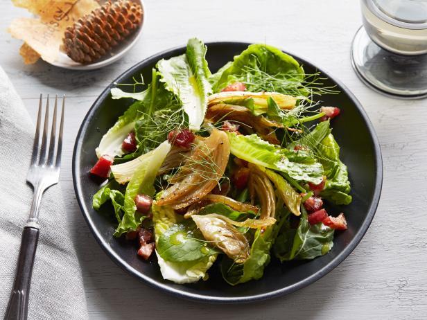 Салат с карамелизованным фенхелем и беконом для двоих