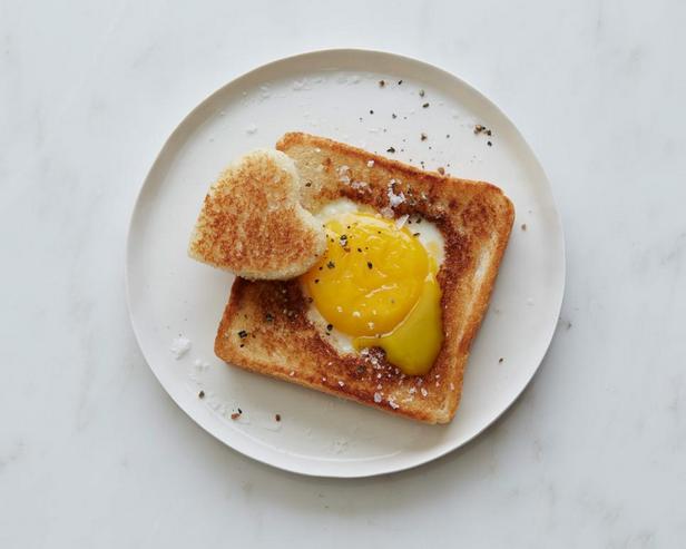 Яичница-сердечко с гренками