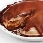 Шоколадный пирог с мороженым, бананами и карамелью