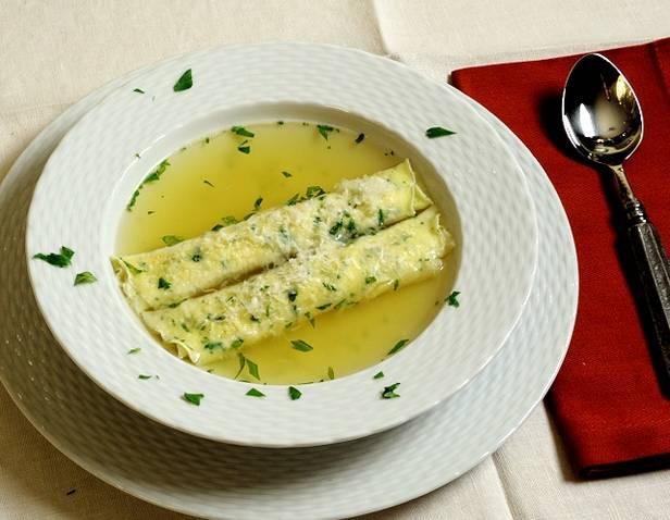 Фото Итальянский суп с блинчиками «скрипелле-ин-бродо»