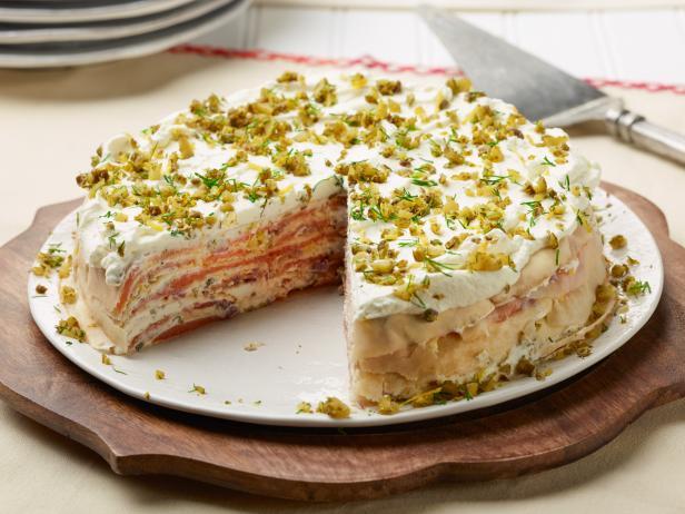 Фото Блинный торт с копченым лососем и сливочным спредом