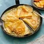 Блинчики «Креп Сюзетт» со сливочно-апельсиновым соусом и шоколадом