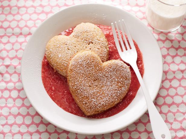 Фото Оладьи-сердца из цельнозерновой муки с клубничным соусом