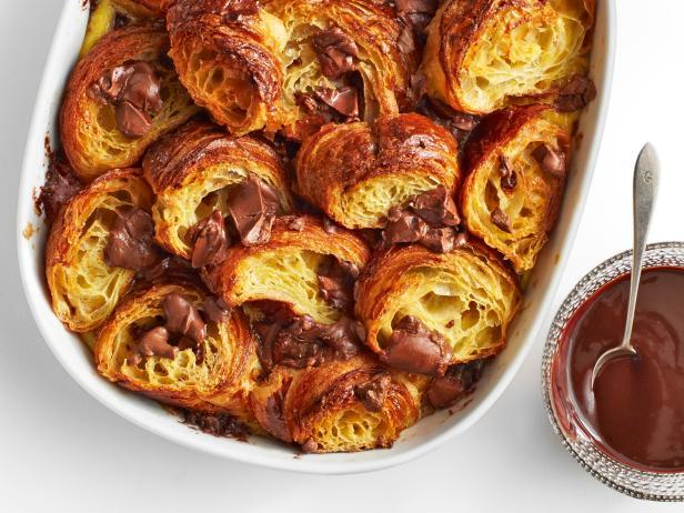 Хлебный пудинг с шоколадом и круассанами