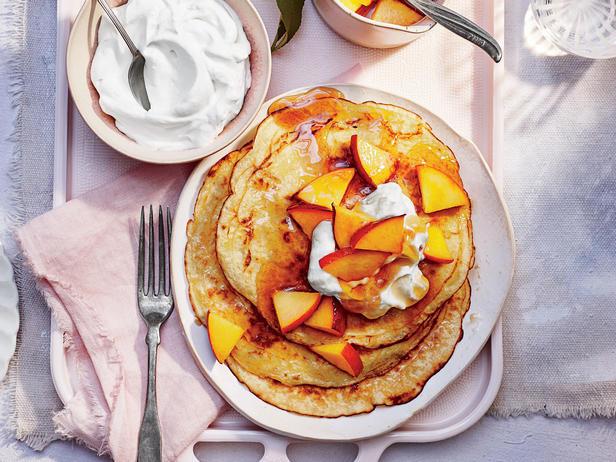 Фото Блинчики со сметаной и персиками