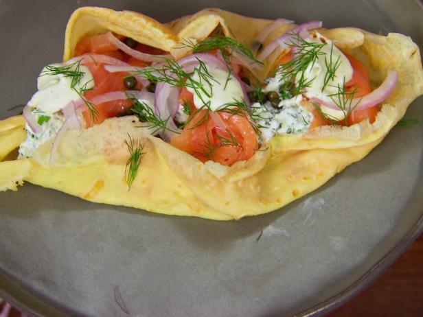 Фото Блинчики с копченым лососем, рикоттой, красным луком, каперсами и лимонным крем-фрешем