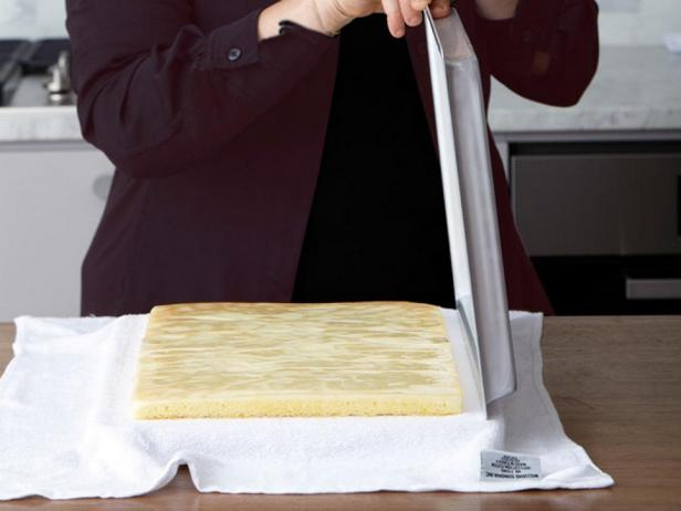 Поднимите противень, затем снимите пергаментную бумагу