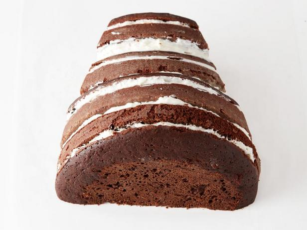 Обрежьте края меньшей части торта, придавая слегка заостренную форму.