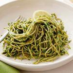 Спагетти с соусом песто из фисташек и капусты кале