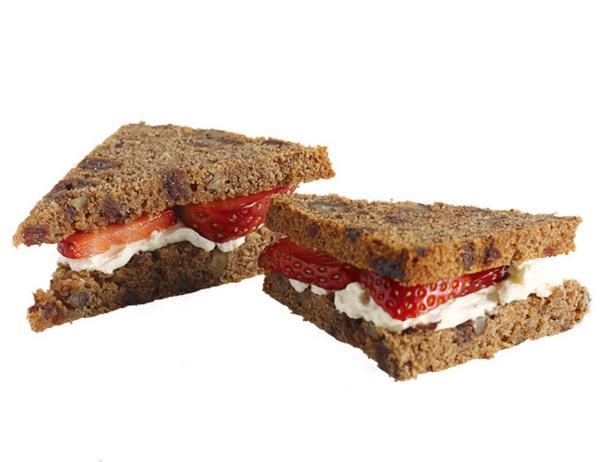 43. Сэндвич с клубникой и сливочным сыром