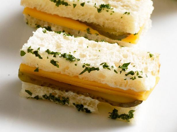 31. Сэндвич с чеддером и маринованным огурцом