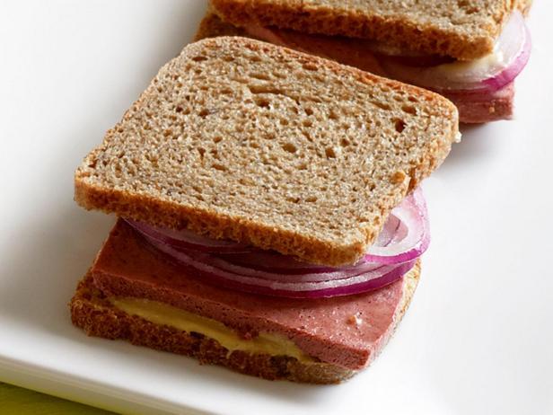19. Сэндвич с луком и ливерной колбасой