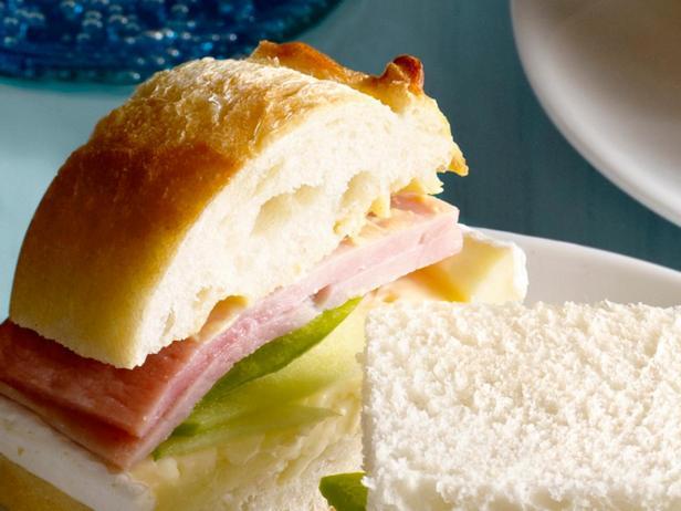 2. Сэндвич с ветчиной, яблоком и сыром бри