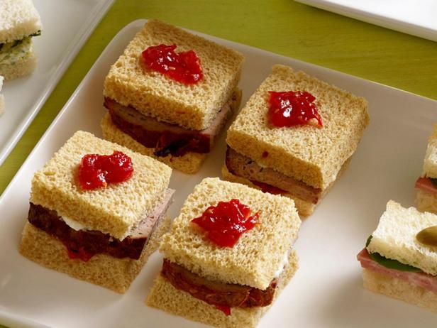 23. Сэндвич с мясным рулетом и томатом