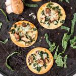 Мини-пицца с шампиньонами и капустой кале