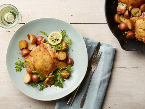 Фото Куриные бедра с картофелем, лимоном и чесноком