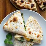 Кесадилья с сыром камамбер, карамелизированным луком и яблочным чатни