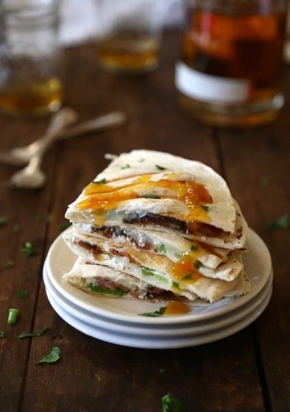 Фото Кесадилья с копченой индейкой, сыром бри и абрикосами