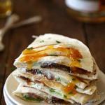 Кесадилья с копченой индейкой, сыром бри и абрикосами