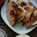 Кесадилья с сыром бри и яблоком