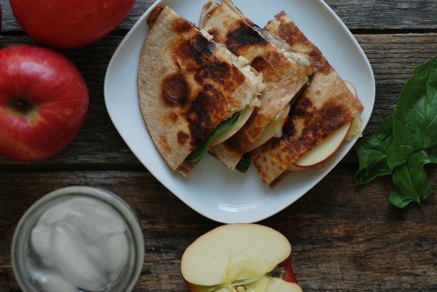Фото Кесадилья с сыром бри и яблоком