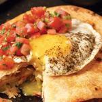 Кесадилья с беконом, картофелем и яичницей