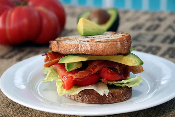 Фото Сэндвич с панчеттой, авокадо и салатом романо