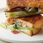 Горячий сэндвич с овощным физалисом, беконом и козьим сыром