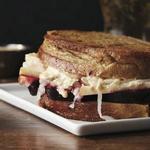 Сэндвич «Рубен» с квашенной капустой и свеклой