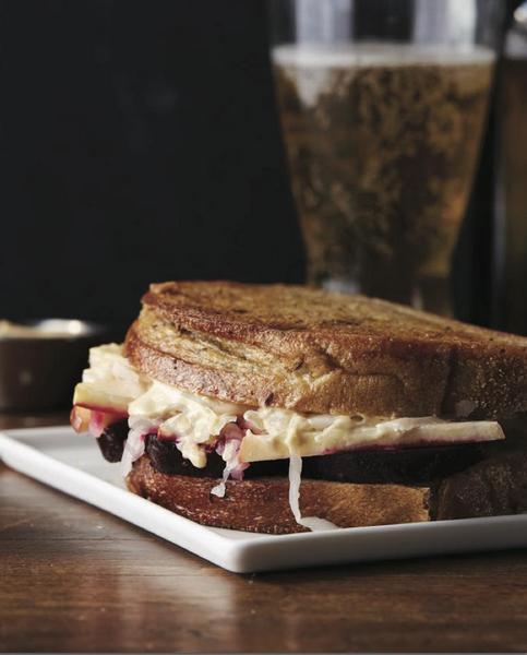 Фото Сэндвич «Рубен» с квашенной капустой и свеклой